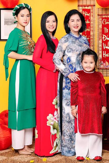 Hứa Minh Đạt đăng ảnh vợ - diễn viên Lâm Vỹ Dạ, con gái, em gái và mẹ. Trên trang cá nhân anh bày tỏ tình cảm: Những bông hoa không bao giờ tàn trong tôi. Ảnh: Hứa Minh Đạt.