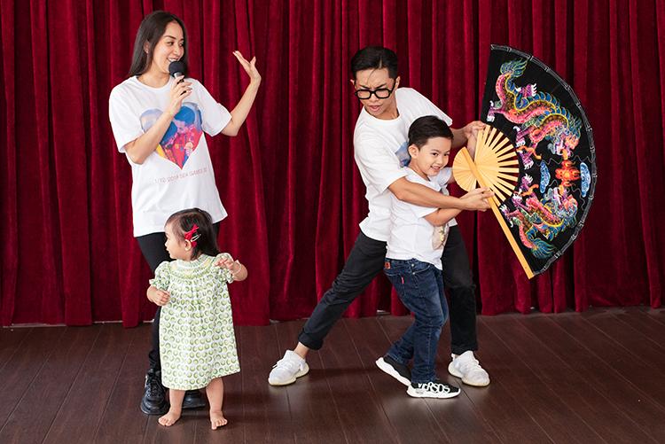 Ku Bi,Anna, cười nhảy theo bố mẹ. Vợ chồng Khánh Thi gắn bó bên nhau10 nămvà có hai con nhưngvẫn chưa tổ chức hôn lễ.