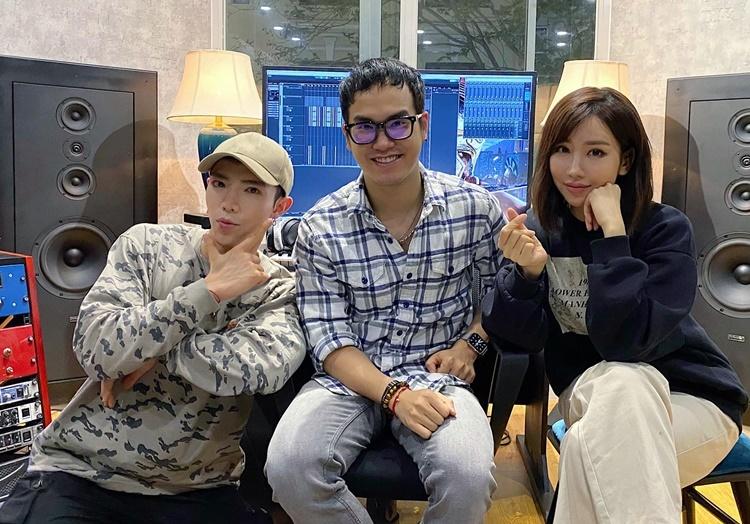 Min (phải) cùng nhạc sĩ Khắc Hưng (giữa) và Erik trong phòng thu chuẩn bị cho phiên bản tiếng Anh. Ảnh: Facebook.