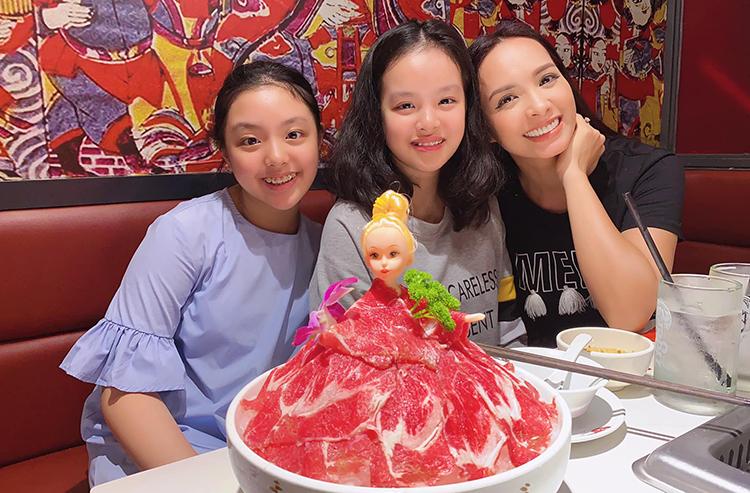 Nhạc sĩ Minh Khang dẫn vợ - cựu người mẫu Thúy Hạnh - cùng hai con gái đi ăn nhà hàng, mừng ngày 8/3. Trên trang cá nhân anh viết: Thương chúc toàn thể phụ nữ, thiếu nữ luôn luôn mạnh khỏebình an và hạnh phúc. Ảnh: Minh Khang.