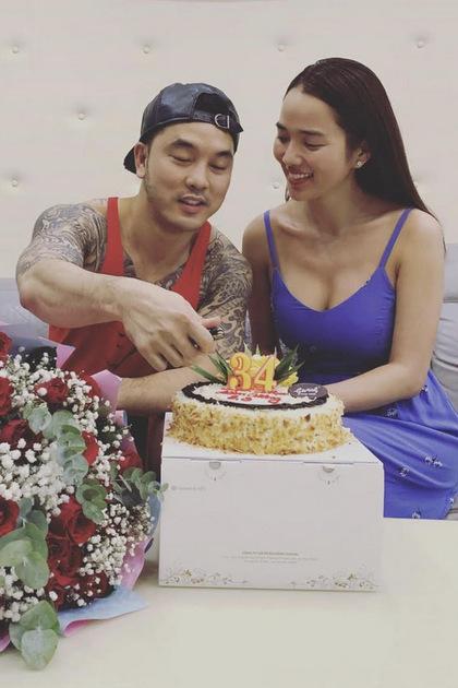 Sinh nhật Kim Cương trùng với ngày 8/3. Cô được ông xã tặng hoa hồng và