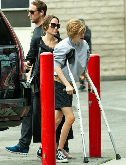 Shiloh chống nạng khi đi xem phim cùng mẹ. Ảnh: Brad Pitt.