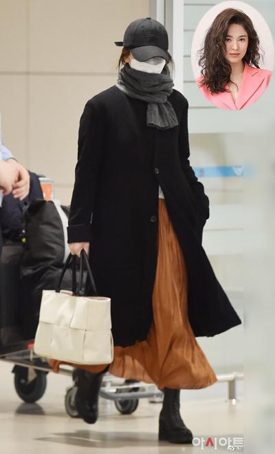 Song Hye Kyo che ch?n khi t? Milan (Italy) v? Hàn Qu?c h?i tháng 2. C? xách túi c?a Bottega Veneta, boots c?a Prada.