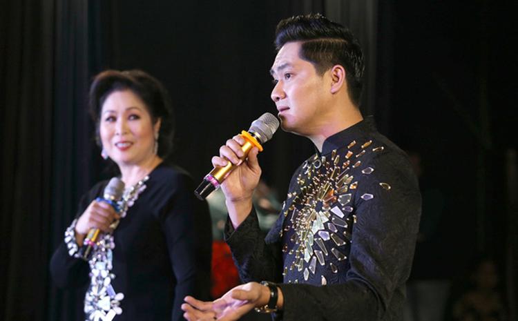 Minh Luân bên nghệ sĩ Hồng Vân trong buổi khai trương sân khấu mới hồi tháng 12/2019. Ảnh: Keivn Huỳnh.