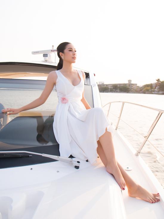 Đương kim Miss Supranational tạo dáng trên du thuyền