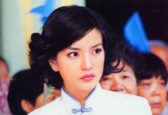 Nữ diễn viên ở độ tuổi 25,khi đóng Tân dòng sông ly biệt. Sau phim này, cô chuyển trọng tâm sự nghiệp sang mảng điện ảnh, lưu dấu ấn với Đội bóng Thiếu Lâm, Thiên hạ vô song, Tịch dương thiên sứ, Ngọc Quan Âm...