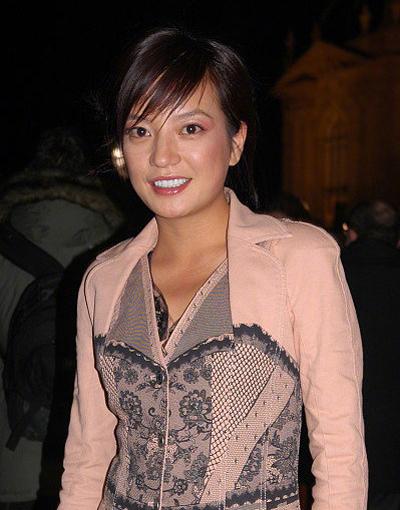 Người đẹp Trung Quốc dự Tuần thời trang Paris năm 2006, khi cô 30 tuổi. Trên Sina, nhiều khán giả nhận xét cô chưa đầu tư cho trang phục, kiểu tóc, trang điểm tại sự kiện quốc tế.