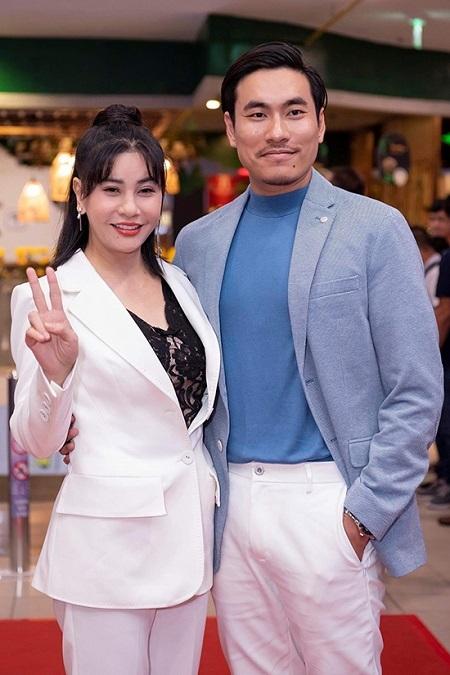 Kiều Minh Tuấn (phải) và Cát Phượng ở buổi ra mắt phim tại TP HCM, ngày 4/3. Ảnh: Lotte.