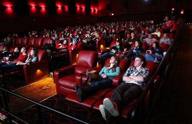 Một rạp phim thuộc hệ thống AMC lúc còn hoạt động bình thường. Ảnh: Boston Globe.