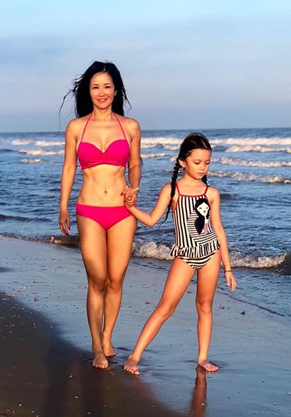 Hồng Nhung dạo biển cùng con gái vào năm 2019. Ca sĩ tập luyện nhiều môn thể thaonhưng quan trọng nhất là yoga và thiền. Thời gian rảnh, chị lên Youtube chia sẻ cách chăm con, cắm hoa...