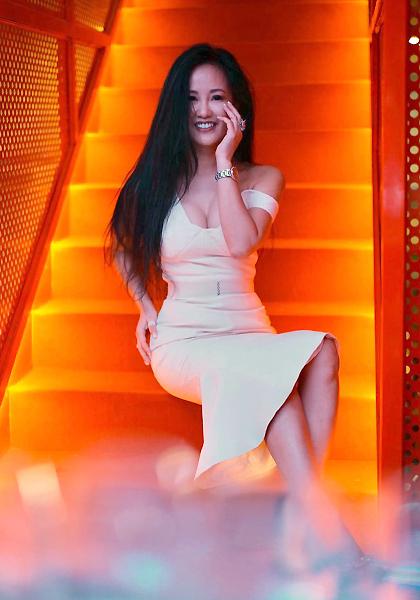 Hồng Nhung dự một sự kiện thời trang tại TP HCM hồi tháng một. Chịchuộng những bộ đầm hở vai, cúp ngực tôn đường cong, phối cùng giày cao gót.
