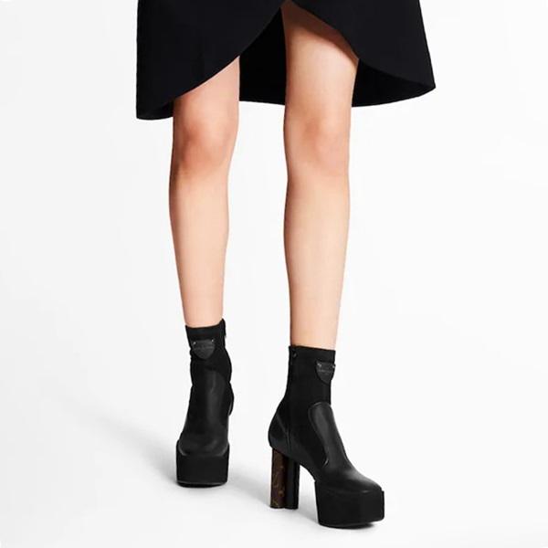 Giày platform - xu hướng thời trang hot thập niên 1970, 1990 - được nhà mốt Louis Vuitton lăng xê trở lại. Trong đó, dòng Podium Ankle Boot mùa Xuân Hè này được chế tác từ da bê trơn và da lộn, đế chunky phong cách retro cao 6 cm và phần gót đính kèm lớp da họa tiết Monogram, logo LV dập nổi. Giày cao đến mắt cá chân, kết hợp ăn ý với mọi trang phục, từ quần short đến váy vintage dáng dài.Thiết kế có giá 1.520 USD (hơn 43,2 triệu).