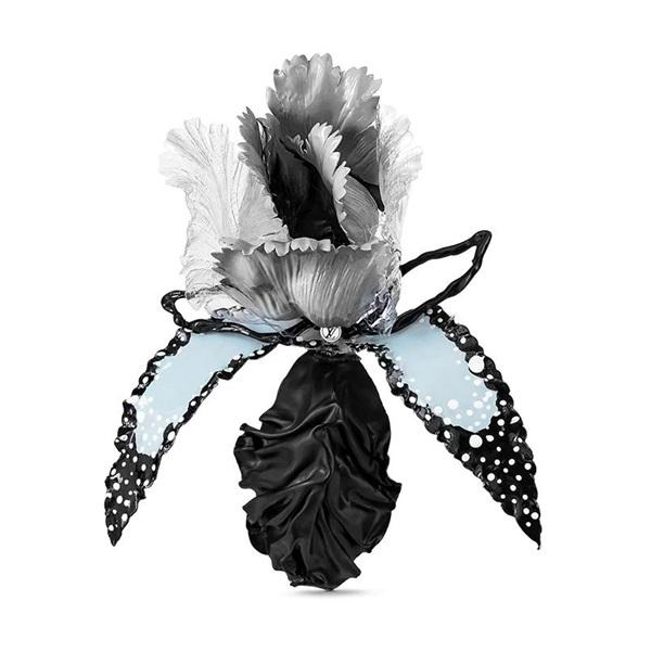 Chiếc trâm lông vũ Rendez-Vous được sáng tạo của Maison Legeron, mang dáng dấp bông hồng, men sơn mài tạo thành lá và cánh hoa. Phái nữ có thể phối trâm với nhiều trang phục vintage như đầm cổ cao đơn sắc, sơ mi bồng xòe, áo hai dây hay váy dạng yếm. Phụ kiện có giá 1.220 USD (gần 35 triệu đồng).