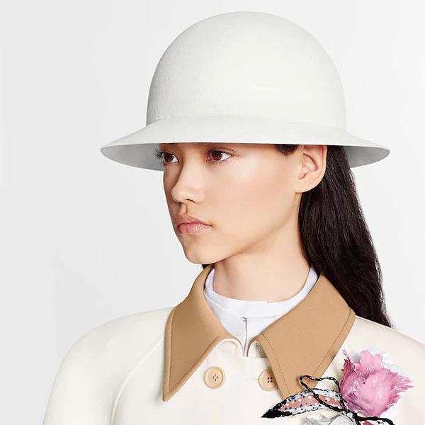 Mũ Rendez-Vous lấy cảm hứng từ thời trang thập niên 1970, do Nicolas Ghesquière sáng tạo. Phụ kiện được chế tác từ nỉ len nguyên chất và lông thỏ, dáng tròn với tông trắng chủ đạo. Mũ phối ăn ý với váy áo vintage, giá1.460 USD (41,5 triệu).
