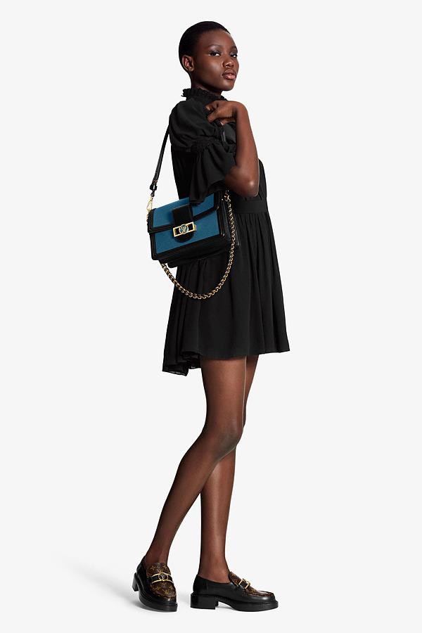 Giày loafersAcademy làm từ da bê tông đen cổ điển,phối thêm lớp da họa tiếtmonogram gam nâu. Phần trên được tô điểm bằng logo LV Dauphine kim loại màu vàng, đế cao khoảng 2 cm. Thiết kế có giá 1.170 USD (hơn 33 triệu đồng).