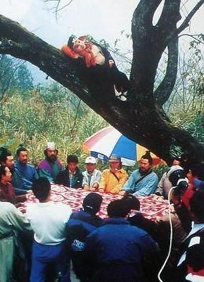 Dù kỹ xảo thô sơ, điều kiện làm việc thiếu tốn, Tây du ký trở thành tác phẩm kinh điển Trung Quốc, là phim được chiếu lại nhiều lần nhất mỗi dịp hè. Các bức ảnh, video hậu trường phim thường xuyên được khán giả chia sẻ lại.