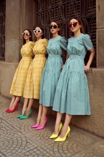 Yến Trang chọn trang phục tông màu sáng, phốigiày cao gót màu neon cho nhóm. Yến Trang và Yến Nhi cũng là những fashionista nổi tiếng, cùng kinh doanh trong lĩnh vựcthời trang.