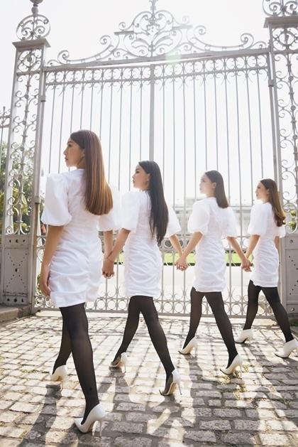 Bốn cựu thành viên trang điểm, để tóc ép thẳng giống nhau. Trong số họ, chỉ còn chị em Yến Trang - Yến Nhi theo đuổi nghệ thuật.
