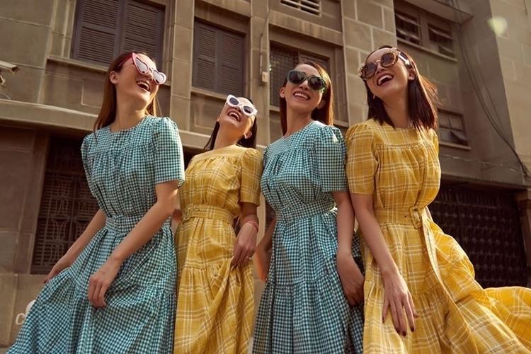 Bốn cô gáitrong bộ ảnh kỷ niệm 17 năm đứng chung sân khấu. Mây Trắng thành lập năm 2000 với năm thành viên là Anh Thúy, Thu Thủy, Yến Trang, Thu Ngọc và Ngọc Châu. Năm 2001, khi Anh Thúy bất ngờ tách nhóm, em gái Yến Trang là Yến Nhi thay thế. Năm 2003, Thu Thủy rời Mây Trắng để tham gia nhóm H.A.T, nhóm còn bốn thành viên. Đội hình này hoạt động đến năm 2006, cũng là thời hoàng kim của Mây Trắng. Mây Trắng có một số bản hit như Ngày xưa ơi, Áo dài ơi, Thầm mong anh quay về bên em...