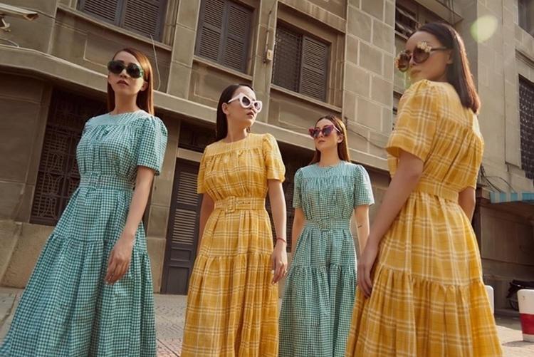 Các thành viên Yến Trang, Yến Nhi,Thu Ngọcvà Ngọc Châu (từ phải qua) trong mẫu váy xòe sọc ca-rôdo Yến Trang thiết kế.
