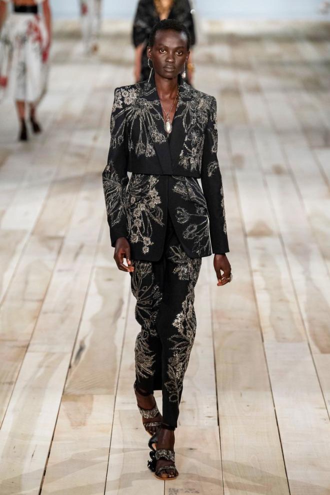 Thiết kế nhắm vào đối tượng đam mê âu phục, đề cao tinh thần nữ quyền. Việc nhấn vào thắt lưng, các chất liệu mềm mại như lụa, vải lanh và cotton sợi nhăn... giúp mẫu vest này trông đằm thắm, nữ tính hơn. Có thể tham khảo BST thời trang ứng dụng của Alexander McQueen. Ảnh: Vogue.