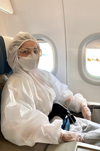Chi Pu trên chuyến bay ra Hà Nội trao đồ bảo hộ. Ảnh: Hữu Anh.