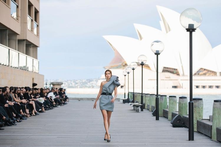 Minh Tú catwalk trong show Đỗ Mạnh Cường ở Sydney năm ngoái.