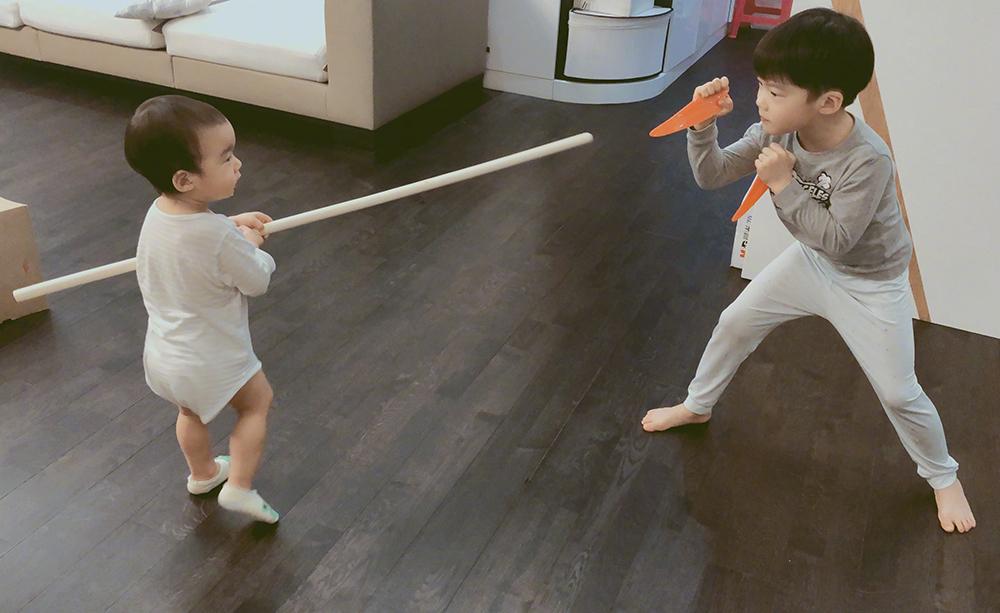 Tạ Nam - vợ Ngô Kinh - viết trên Weibo khi cô đi làm, ba cha con thường ở nhà chơi trò đánh nhau.