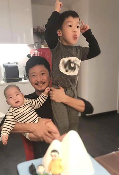 Con trai đầu của Ngô Kinh năm nay sáu tuổi, con út chào đời năm 2018.