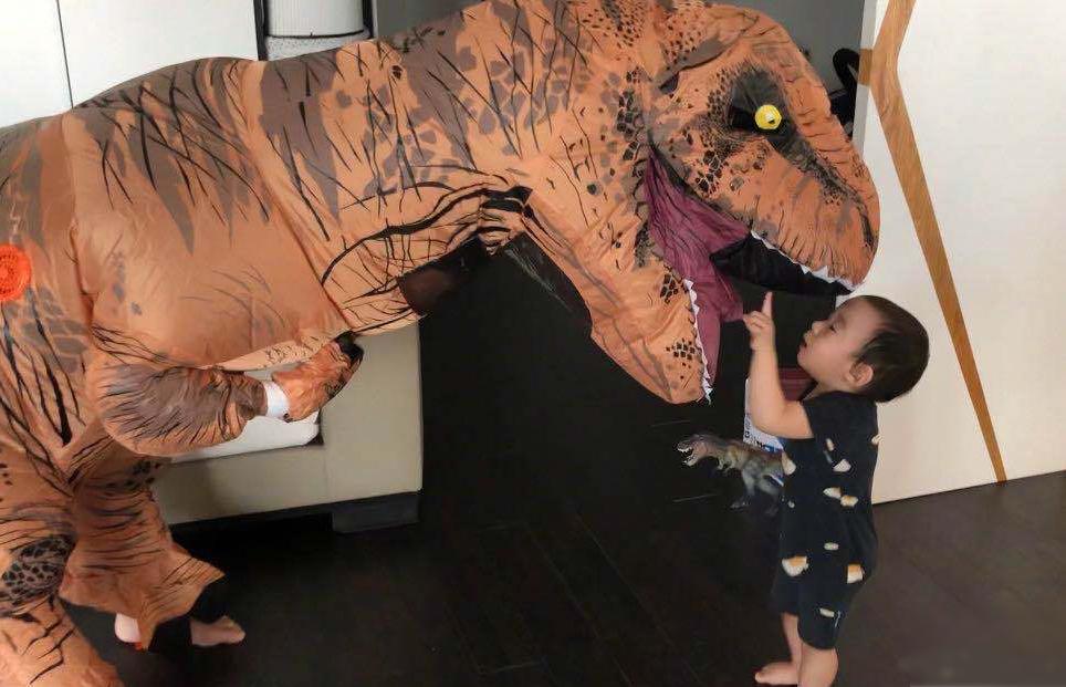 Trên trang cá nhân, Ngô Kinh đăng các ảnh, video anh chơi đùa cùng hai con trai. Hôm 21/3, tài tử đội mô hình khủng long dọa con.