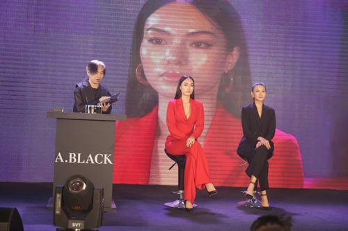 Chuyên gia makeup thực hiện trang điểm với sản phẩm A.Black trên sân khấu cùng hai người mẫu.
