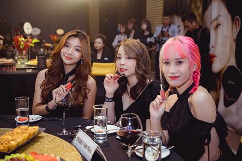 Các khách mời tham dự tại sự kiện ra mắt của thương hiệu mỹ phẩm A.Black Từ trái qua: diễn viên Katllen Phan Võ, beauty blogger Trinh Phạm, Hương Witch.