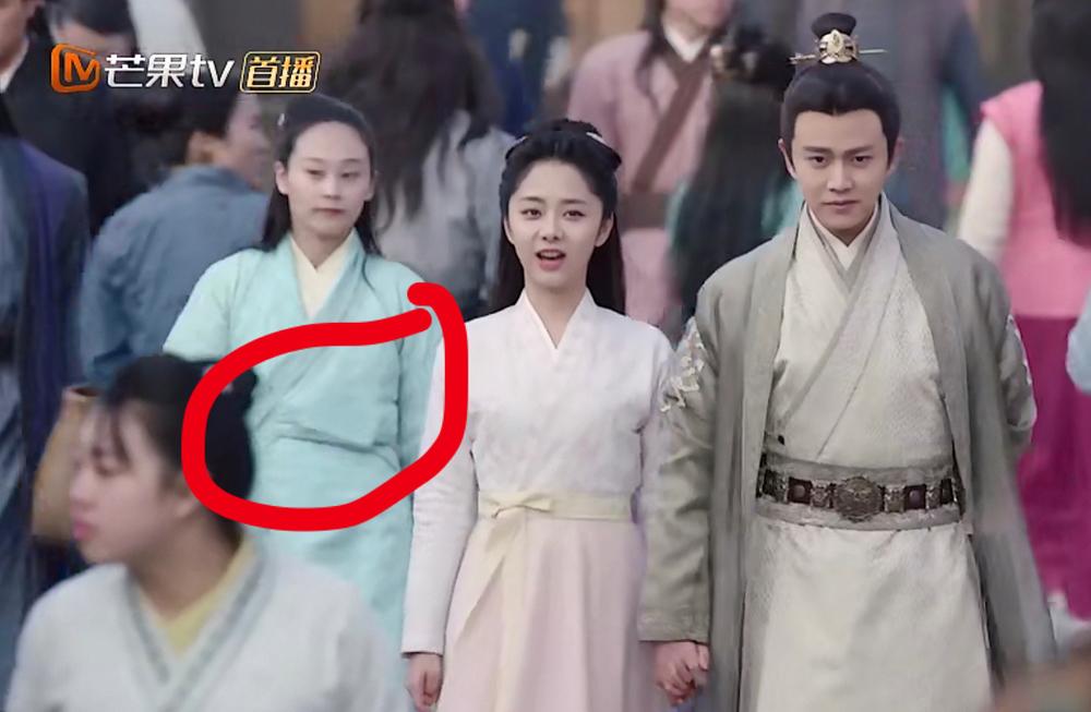 Nhiều khán giả cho rằng diễn viên quần chúng để điện thoại di động trong áo.