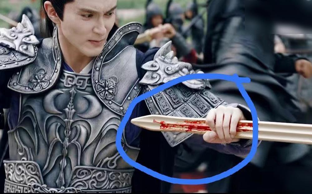 Tài khoản Weibo Tô Thanh chê đạo cụ đao kiếm trong Tam sinh tam thế chẩm thượng thư như đồ chơi của trẻ con.
