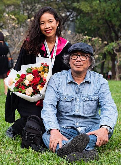 Nhà thơ Cao Xuân Sơn bên con gái. Ảnh: Facebook.