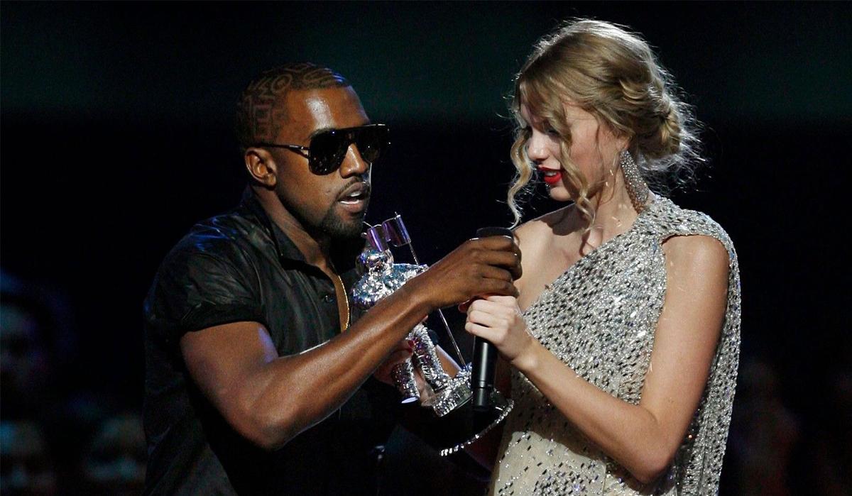 Kanye West giật micro của Taylor Swift khi nhận giải Nghệ sĩ nữ xuất sắc tại VMA 2009. Ảnh: Rolling Stone.
