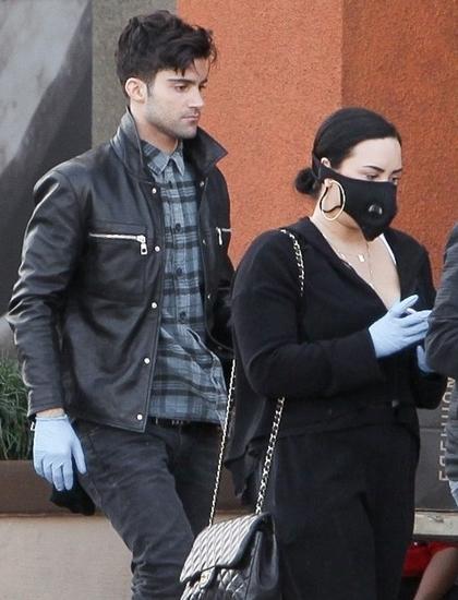 Demi Lovato và bạn trai Max Ehrich đi mua sắm tại Los Angeles hồi giữa tháng 3. Ảnh: Backgrid.