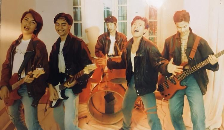 Ban nhạc lần đầu chụp hình tại studio năm 1995.Từ trái qua: Nguyễn Hoàng -Trần Tuấn Hùng - Trần Lập - Trung Dũng, chơi trống Đức Hiệp. Ảnh: Nhân vật cung cấp.
