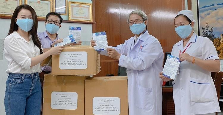 Hồng Loan (bìa trái) trao quà cho các bác sĩ tại bệnh viện Nguyễn Tri Phương, TP HCM. Ảnh: Nhân vật cung cấp.
