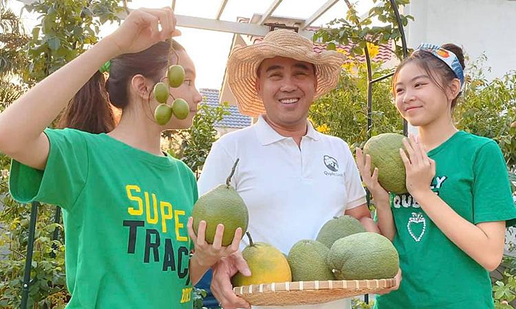 Quyền Linh thu hoạch rau trái vườn nhà
