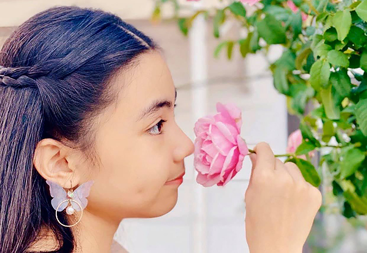 Hạt Dẻ - con gái thứ hai của Quyền Linh - cũng thích hái hoa ướp trà như chị.