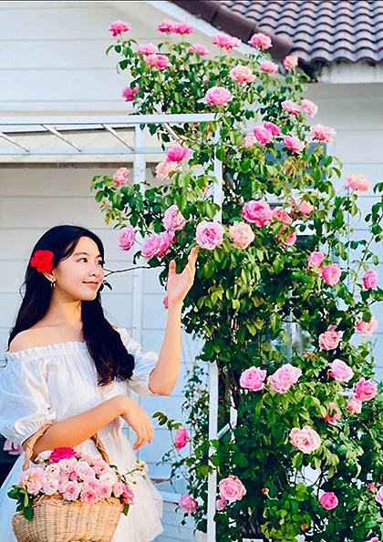 Lọ Lem - con gái lớn của Quyền Linh - thu hoạch hoa để mẹ làm trà. Gia đình Quyền Linh chăm sóc hoa, trái theo phương pháp hữu cơ nên có độ an toàn cao.Lọ Lem, tên thật là Mai Thảo Linh, sinh năm 2005. Càng lớn, cô bé càng được khen giống mẹ ở khuôn mặt xinh, nụ cười duyên và chiều cao vượt trội (hơn 1,7 m).