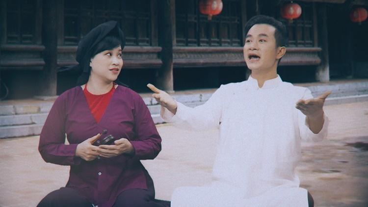 Nghệ sĩ Văn Phương (phải) hát phần nội dung về tình hình Covid-19 tại Việt Nam, trong khi đó Mai Tuyết Hoa thể hiện phân đoạn về việc phòng chống dịch. Ảnh: Xẩm Hà Thành.