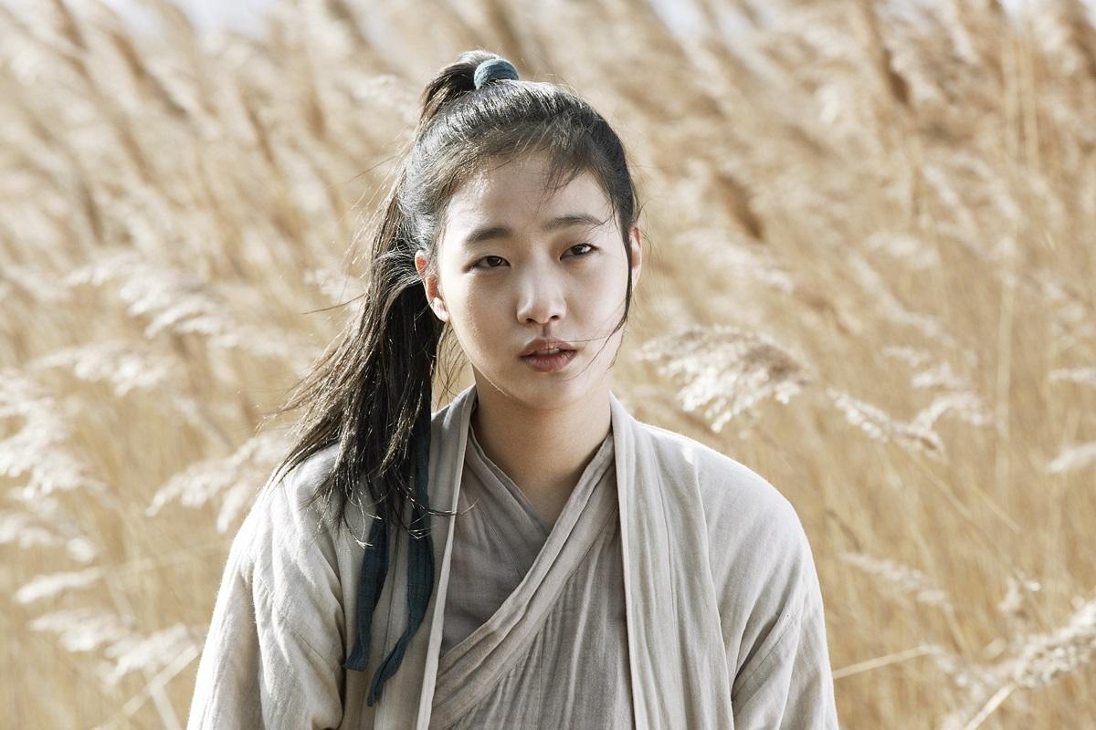 Năm 2015, cô nhận vai chính trongKiếm ký (Memories of the Sword)- bom tấn điện ảnh với kinh phí 10 tỷ won, được ví như Thập diện mai phục bản Hàn- của đạo điễnPark Heung Sik. Nội dungxoay quanh cuộc đời kiếm khách Seol Hee, ôm nỗi đau mất mẹ và quyết trả thù kẻ giết hại bà.Đạo diễn nhận xét Kim Go Eun diễn xuất bằng mắt tốt.Côcho biết hạnh phúc khi đượchợp tácvớiảnh đế Lee Byung Hun và ảnh hậuJeon Do Yeon.