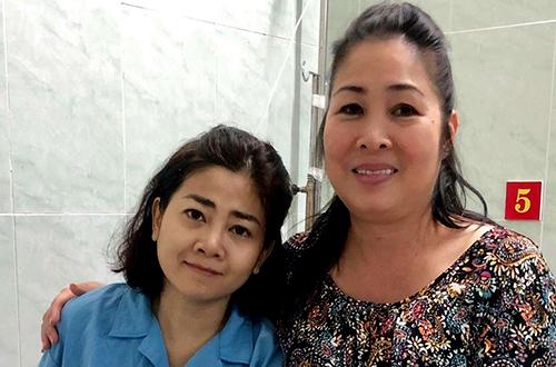 Mai Phương bắt đầu điều trị ung thư phổi từ tháng 8/2018.Khi bệnh nặng, cuộc sống của diễn viên càng khó khăn hơn vì nhà neo đơn, con còn quá bé. Nhiều nghệ sĩ chung tay kêu gọi hỗ trợ diễn viên Những thiên thần áo trắng trị bệnh. Trong hình, diễn viên Hồng Vân tới thăm Mai Phương khi cô vừa nhập viện.