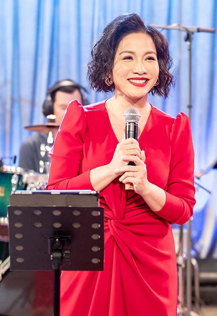 Ca sĩ Mỹ Linh thể hiện nhiều bản nhạc nổi tiếng với tinh thần tươi mới trong Music Home. Ảnh: Truyền hình FPT.