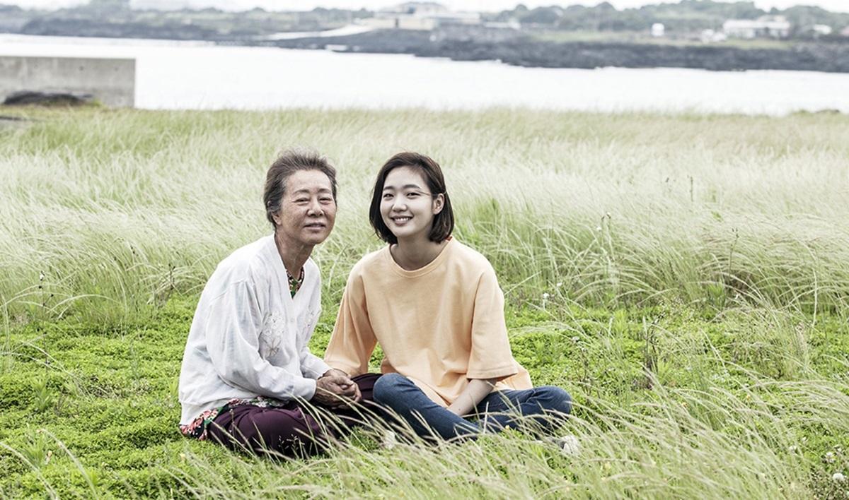 Giữa năm 2016, phim điện ảnh Hoa cải vàng (Canola) do Go Eun và sao gạo cội Yoon Yeo Jung đóng chính đượcgiới chuyên môn đánh giáấm áp, gây xúc động về tình bà cháu. Cô vào vai Hye Ji - nữ sinh nổi loạn, che giấu bí mật lớn nhưng trái tim dần tan chảy trước tình yêu vô điều kiện của bà.Phim được Trung Quốc mua bản quyền, lọt top phim gia đìnhđược coi nhiều ở Hàn.