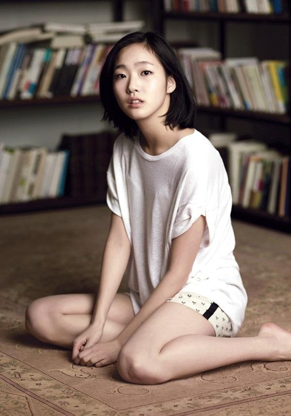 Naver cho biếtKim Go Eun luôn gây tranh cãi khi yêu cácsao nam điển trai trên phim vì quá khứ đóng phim 18+. Cô sinh năm 1991 tại Seoul (Hàn Quốc), từng sống10 năm ở Bắc Kinh (Trung Quốc). Năm 2012, khi học Đại học Nghệ thuật Quốc gia Seoul, cô quen biết đạo diễn Jung Ji Woo và bất ngờ được ông chọn vào vai Han Eun Gyo - nữ sinh 17 tuổi - trong A Muse (Nàng thơ). Trước đó hơn 300 nghệ sĩ thất bại khi thử vai này.Nữ sinh Eun Gyo trải qua tuổi thơ địa ngục vì bị cha bạo hành. Cuộc sống của cô thay đổikhi gặp nhà thơ 70 tuổi và chàng sinh viên đôi mươi. Vẻ trong sáng, ngây thơ của cô đánh thức ham muốn của hai người đàn ông. Theo Naver, hai cảnh sex vớisự hỗ trợ của đồ họa và loạttrang phục ngắn cũn của Kim Go Eun trong phim bị khán giả chỉ trích. Ngược lại vớiphản ứng dư luận, vai diễn đầu tay giúp sao21 tuổi trở thành hiện tượng với9 giải lớn, trong đó có Diễn viên xuất sắc tại Chuông vàng lần 49 và Diễn viên mới xuất sắc Rồng Xanh lần 22. Từ đó côlọt vào mắt xanh của các đạo diễn lừng danh.