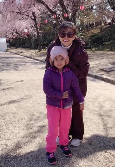 Mai Phương đưa con gái đi ngắm hoa anh đào ở Nhật Bản vào đầu tháng 4/2019.