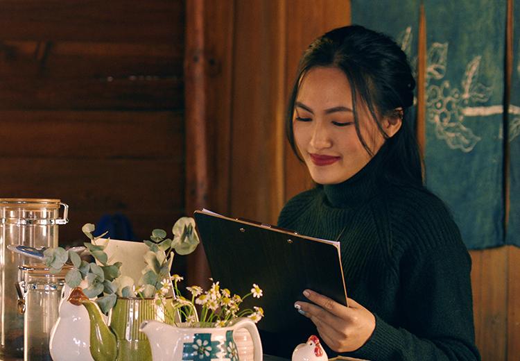 Nguyên Hà đóng vai phụ - chủ quán cà phê - trong MV. Ảnh: Bích Phương.